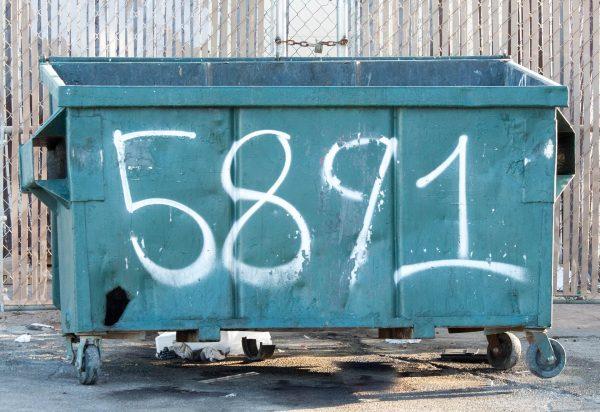 Transport van afvalcontainers helpt bij het beheer van het bijvullen van medicijnen en andere farmaceutische producten